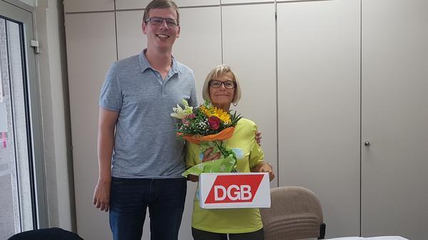 Regionsgeschäftsführer S. Walter gratuliert der Kreisverbandsvorsitzenden Uckermark zu ihrer Wiederwahl