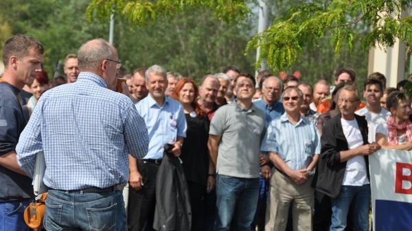 Ernsdorf spricht zu den MitarbeiterInnen