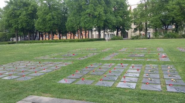 Gräber sowjetischer Soldaten am Mahnmal