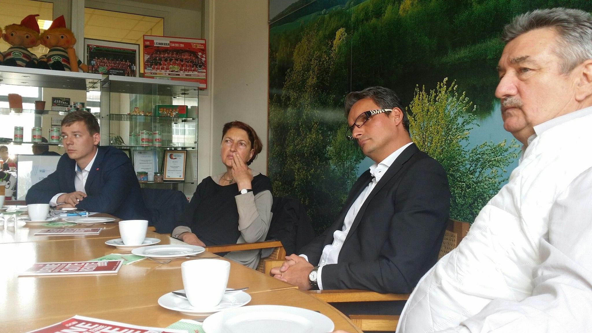 im Gespräch mit Betriebsrat, DGB Regionsgeschäftsführer und Geschäftsführer EWG
