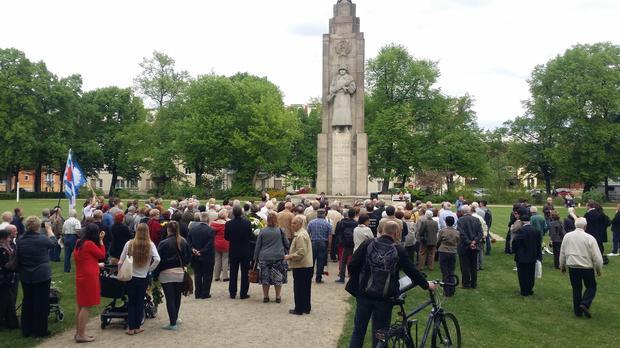 TeilnehmerInnen der Gedenkveranstaltung währen der Rede des Bürgermeisters Wilke