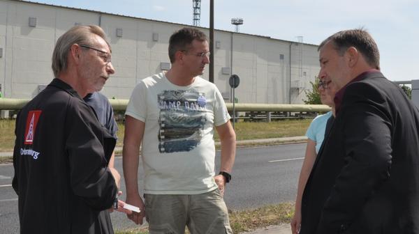 DGB-Regionsgeschäftsführer Frank Techen mit IG Metallern