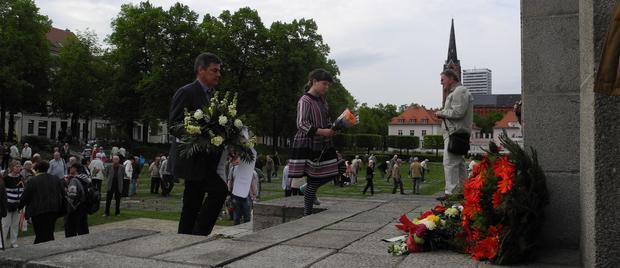 DGB-Vorsitzender Frank Hühner legt Blumengebinde nieder