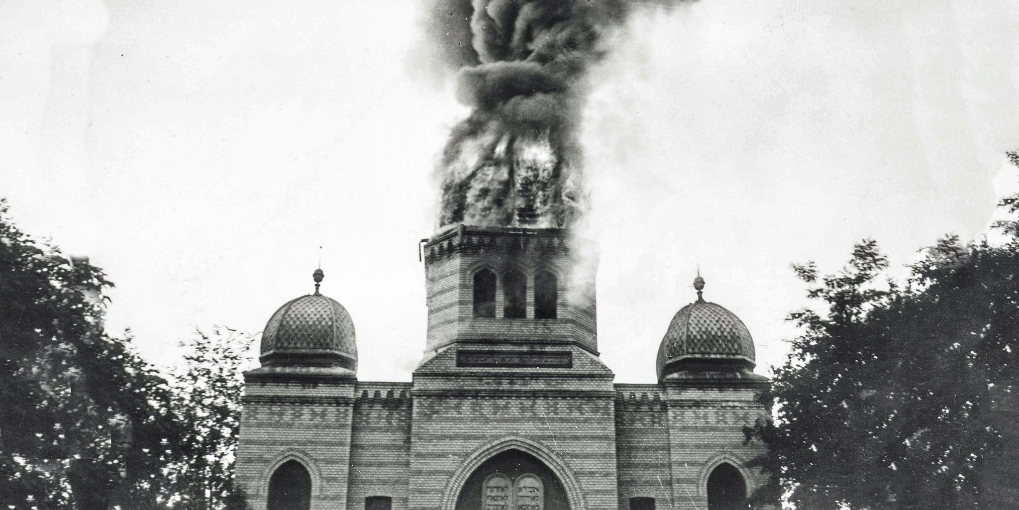 Ein historisches Bild zeigt die brennende Synagoge am 16. August 1931 als ein Blitzschlag die Synagoge in Brand setzte. Herbeieilende Nachbarn halfen beim Löschen. Am 9. November 1938 zerstörten Eberswalder Bürger die Synagoge. Schon am Tag darauf verpflichtete die Stadtverwaltung die jüdische Gemeinde dazu den sofortigen Abriss der Ruine zu veranlassen und zu bezahlen.