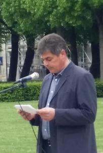 DGB-SV-Vorsitzender Frank Hühner spricht zu Teilnehmern der Gdenkveranstaltung am 8.Mai in Frankfurt (Oder)