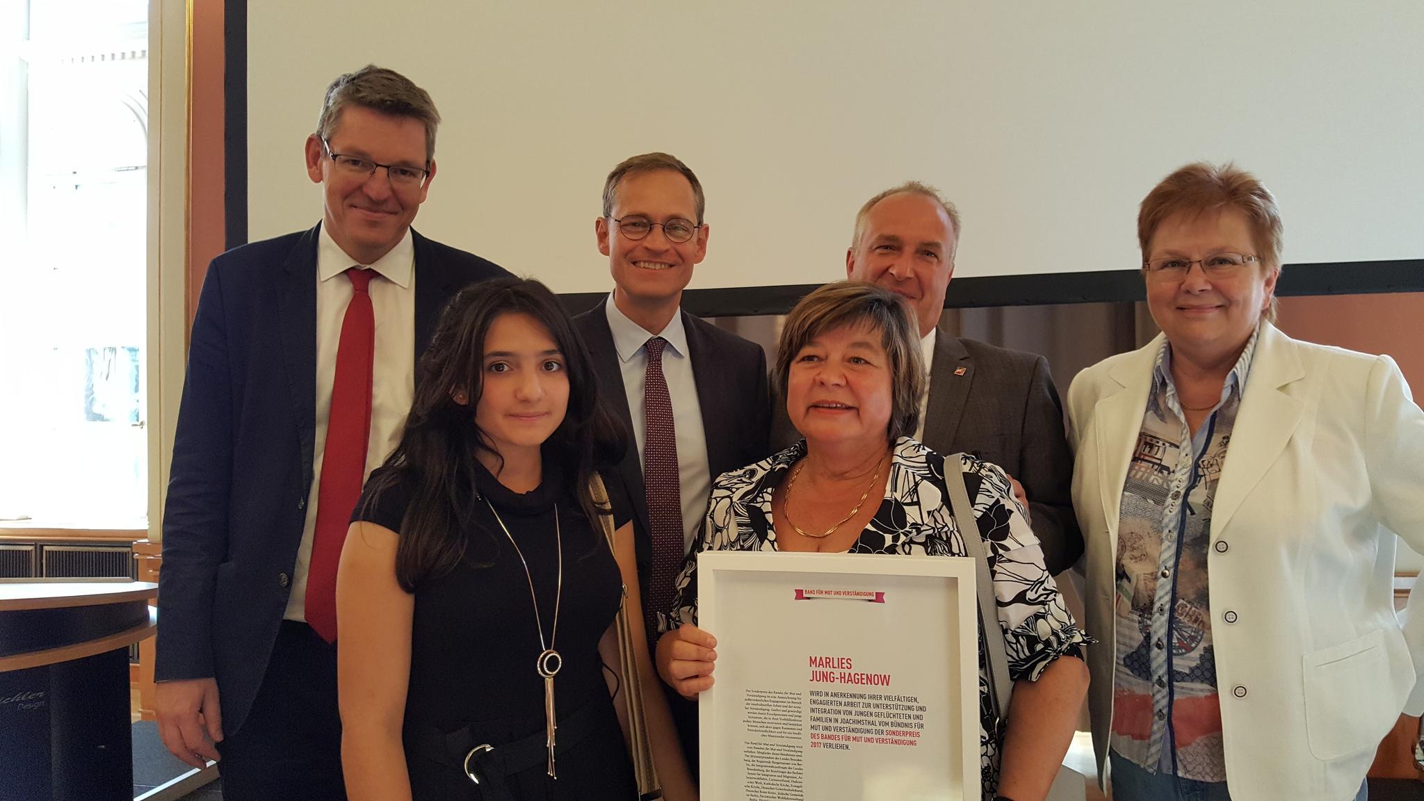 Preisverleih: Michael Müller übergibt Marlies Hagenow das Band für Mut und Versätnd