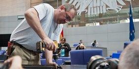 Arbeiter schraubt im Bundestag